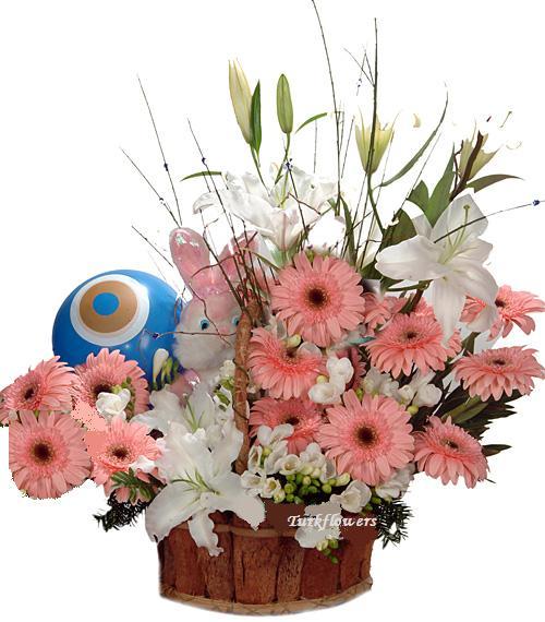 Sepet içerisinde pembe renkli çiçekler ve lilyumlardan oluşan kız bebek doğum çiçeği