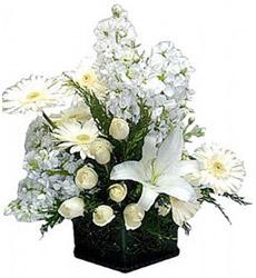 7 Adet beyaz gül ve lilyumdan oluşan seramik vazo aranjman