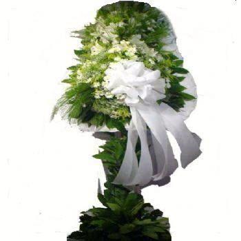 Beyaz lilyum ve beyaz çiçeklerden oluşan düğün nikah açılış çiçeği