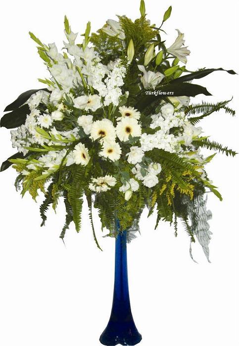 Fil ayağı cam vazoda beyaz çiçeklerden oluşan aranjman