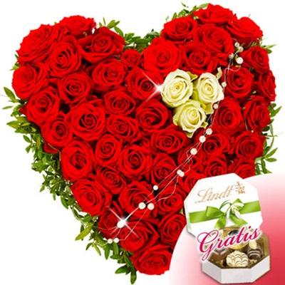 40 Kırmızı 3 beyaz gülden oluşan kalp aranjman sevgiliye özel