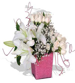 Cam vazoda beyaz güller ve lilyumdan oluşan aranjman