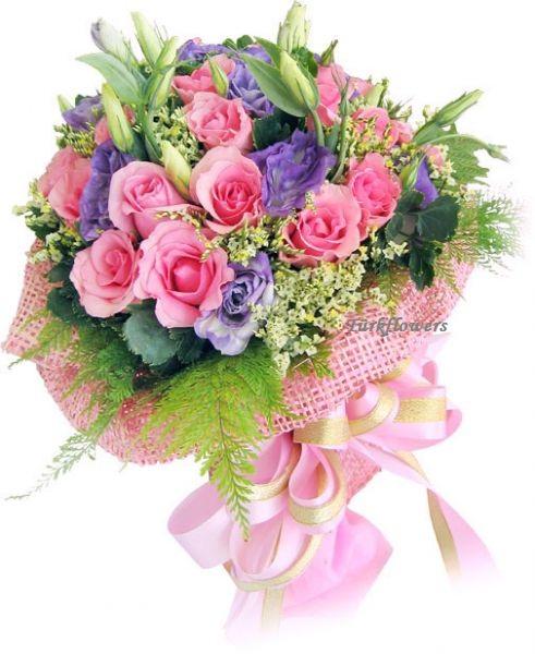 Pembe güller ve mor lusyentuslardan oluşan buket