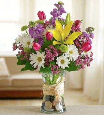 Cam vazo içerisinde mevsim çiçeği aranjmanı