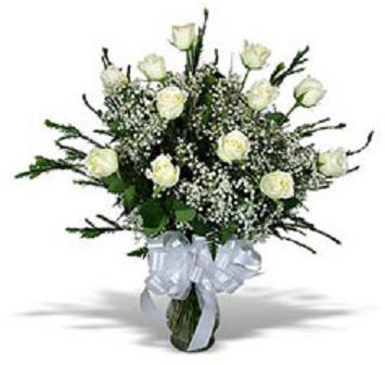 Cam vazo içerisinde 14 adet beyaz güller