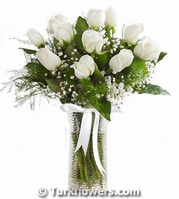 Cam Vazo İçeriisnde 11 Adet Beyaz Gül den oluşan aranjman