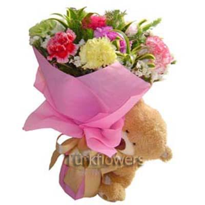 Renkli çiçekler den oluşan buket ve yanında ayıcık hediye