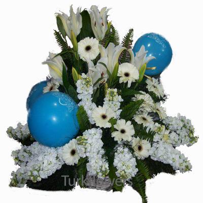 Sepet içerisinde beyaz çiçekler ve balonlardan oluşa aranjman