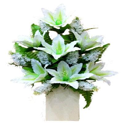 Beyaz çiçeklerden oluşan yapay çiçek modeli