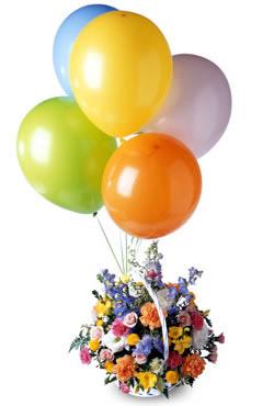 Sepet içerisinde renkli çiçekler ve balonlar