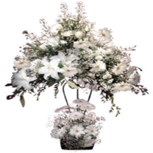 Lilyum ve beyaz gelberalardan oluşan ferorje düğün nikah açılış fuar çiçeği