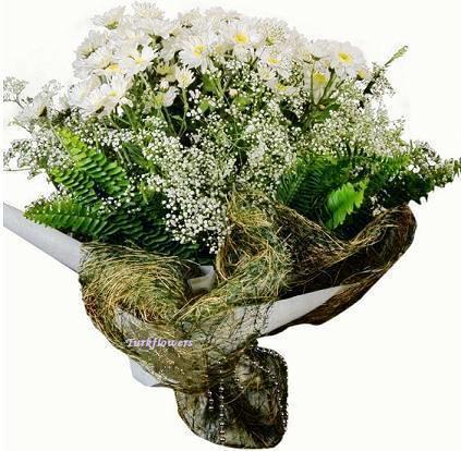 3 Demet Beyaz papatya lardan ve yapraklardan  oluşan buket modeli