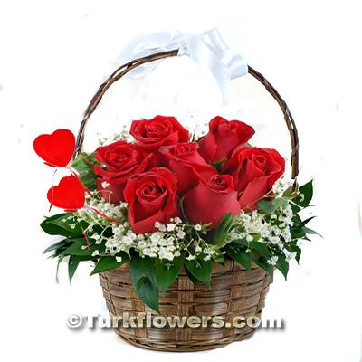 Sepet İçerisinde 7 adet kırmızı Gül Sevgililer günü çiçeği
