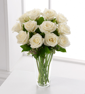 Cam vazo içerisinde 12 adet beyaz güller