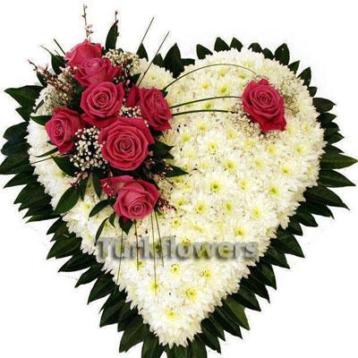 kalp şeklinde papatya ve pembe güller
