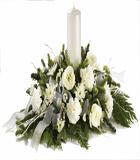 Beyaz çiçeklerden oluşan noel aranjmanı