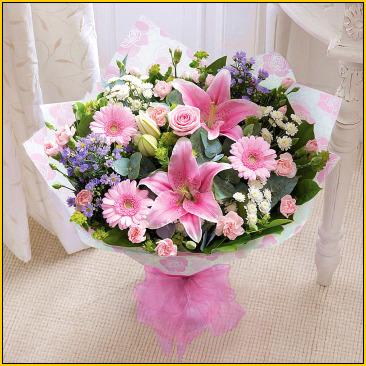 Pembe renkli mevsim çiçeklerinden oluşan buket