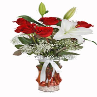 5 Adet kırmızı gül ve birdal beyaz kokulu lilyum dan oluşan aranjman