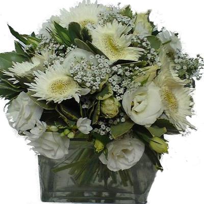 cam vazo içerisinde beyaz çiçekler den oluşan aranjman
