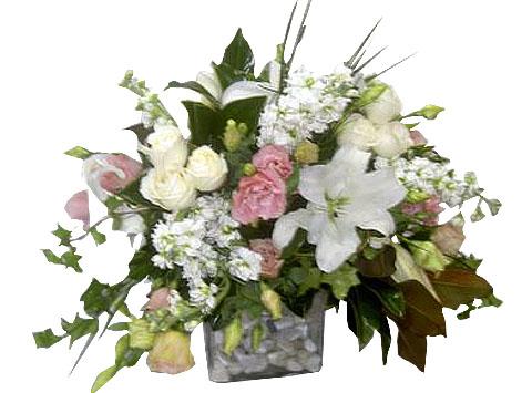 cam vazo içerisinde lilyum , lusyentus ve beyaz güller