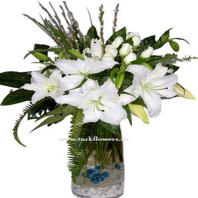 Cam vazo içerisinde 11 Adet beyaz gül ve lilyum dan oluşan aranjman