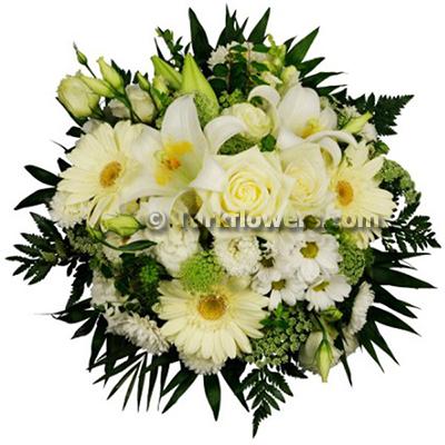 Beyaz çiçeklerden oluşan mevsim buketi