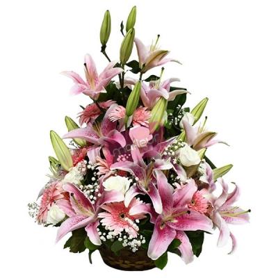 Pembe renkli çiçeklerden oluşan boylu aranjman