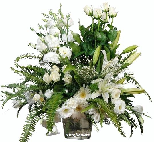 Cam vazoda lilyum beyazgül ve lusyentuslar dan oluşan aranjman
