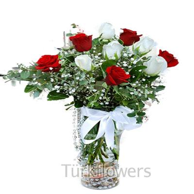 Cam vazo içerisinde 5 kırmızı 5 beyaz gül