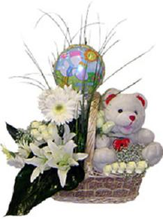 Sepet içerisinde , Beyaz çiçekler , oyuncak ve balaondan oluşan aranjman