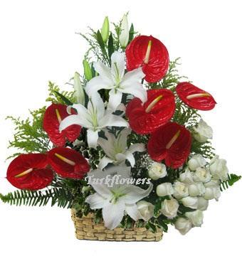 Antoryum ve beyaz güllerden oluşan yeni iş çiçeği aranjmanı