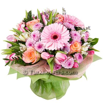 Pembe gül ve mevsim çiçeklerinden oluşan buket
