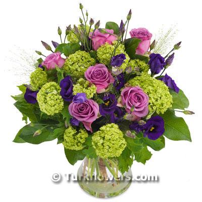 lusyentus ve pembe güllerden oluşan aranjman