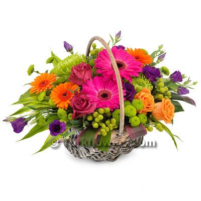 Sepet içerisinde renkli çiçeklerden oluşan yaz çiçeği modeli