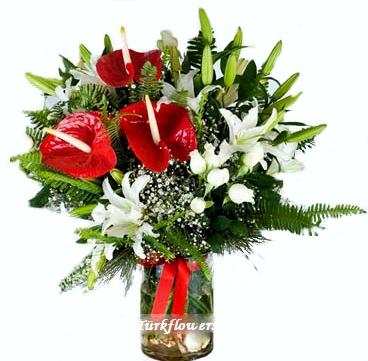 4 Dal Beyaz lilyu 3 Adet antoryum ve 8 adet beyaz gülden oluşan cam vazo aranjman