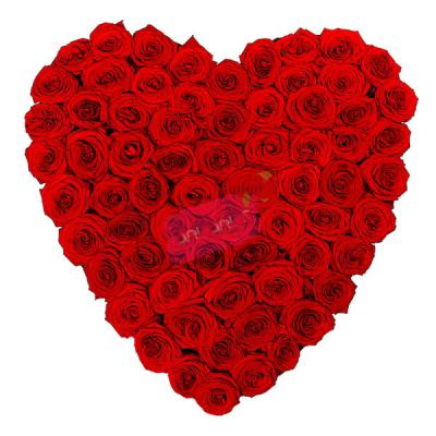 Kalp şeklinde kırmızı güllerden oluşan aranjman