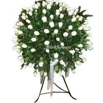 Beyaz güllerden oluşan ferforje