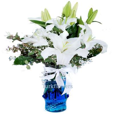 Cam vazo içerisinde 2 Dal kokulu  Beyaz lilyum dan oluşan aranjman