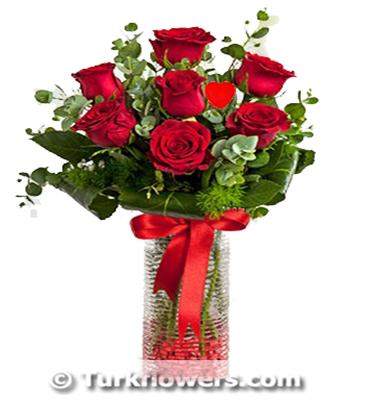 Cam vazoda 7 adet kırmızı gül