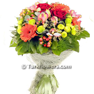 Kırmızı gül ve mevsim çiçeklerinden oluşan buket