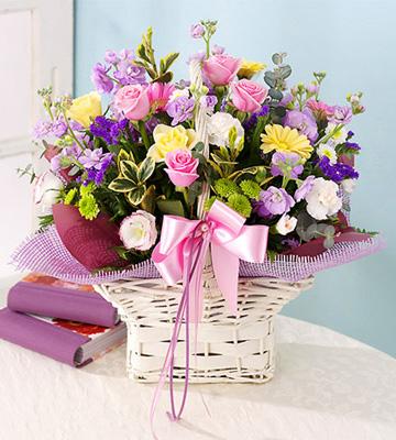 Mevsim çiçeklerinden oluşan sepet aranjman