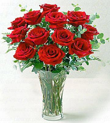 vazo içerisinde 12 adet kırmızı gül