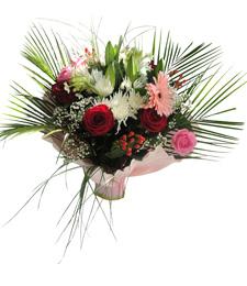 Gül ve mevsim çiçeklerinden oluşan buket