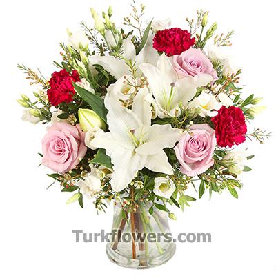 Lilyum ve pembe güllerden oluşan aranjman