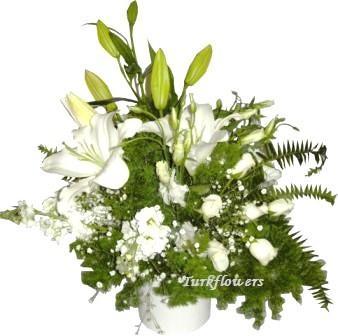 Seramik vazo içerisinde beyaz çiçeklerden oluşan aranjman