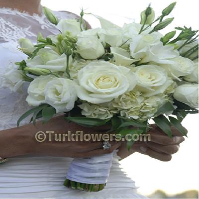 Beyaz lusyentus ve beyaz güller den oluşan gelin buketi
