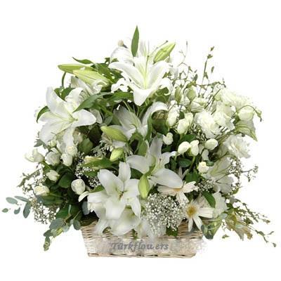 Sepet içerisinde beyaz güller ve lilyumlardan oluşan aranjman