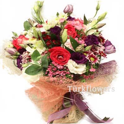 Renkli güller renkli papatyalar ve lusyentuslardan oluşan buket