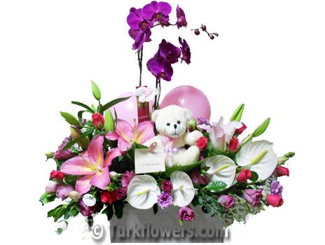 Orkide lilyum antoryum ve oyuncak dan oluşan kız bebek çiçeği