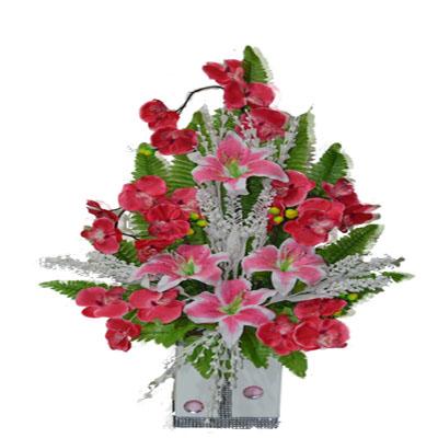 Pembe renkli çiçeklerden oluşan yapay aranjman